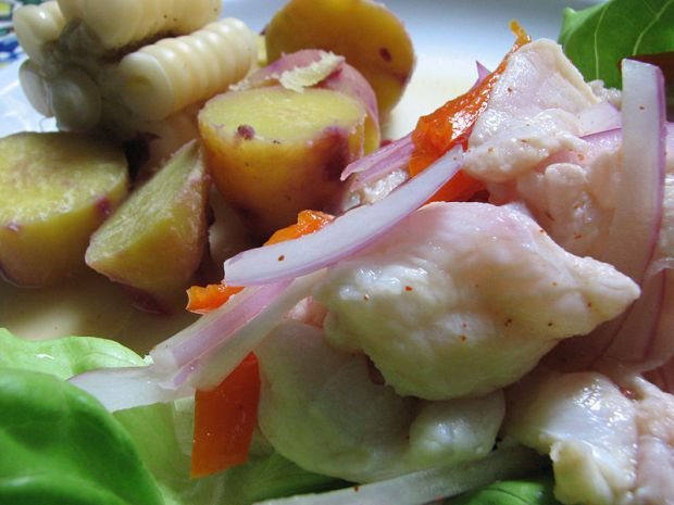 Perulainen ceviche on limen mehulla kypsennettyä vaaleaa merikalaa (voi olla myös mustekalaa), punasipulia ja ajía (chiliä). Lisäksi annokseen kuuluu camote (vähän kuin bataatti), keitettyä maissia, salaatinlehti, korianteria ja canchitaa. Kuva: Luis Delboy/Wikimedia Commons.