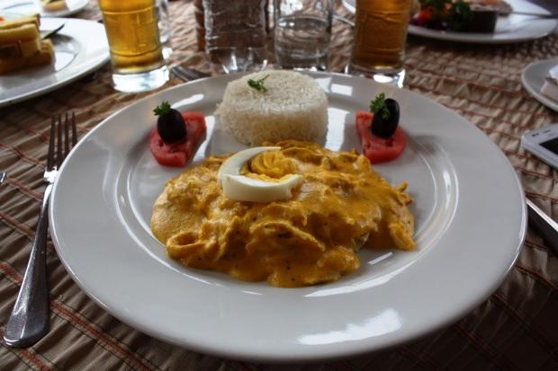 Perulaisen klassikko ají de gallina tarkoittaa chilikanaa, mutta ruoka ei silti ole kovin tulista. Keltainen chililajike ají amarillo antaa ruualle sen keltaisen värin.