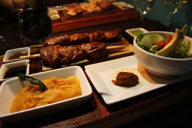 Ravintola Uchu Steakhouse Cuscossa tarjoili grillattua alpakkaa vartaassa mahtavien soosien kera. Alpakan liha on proteiinipitoista ja vähärasvaista mutta mureaa. Eli muy rico!