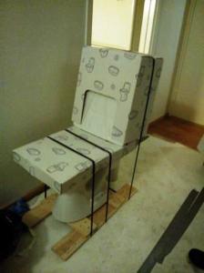 Uusi vessanpönttö odottaa eteisessä asentamistaan. Aion halata sitä, kunhan se pääsee paikalleen ja toimii.