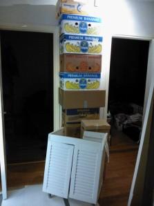 Eteisen kalustus on nyt kasa tyhjiä muuttolaatikoita, kylppärin allaskaappi ja vessan ovi.