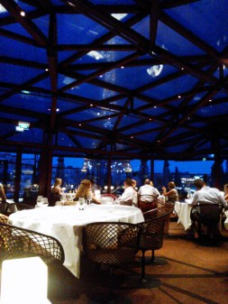 Les Ombresin lasikaton läpi näkyy iltaisin tasatunnein toistuva Eiffel-tornin valoshow.