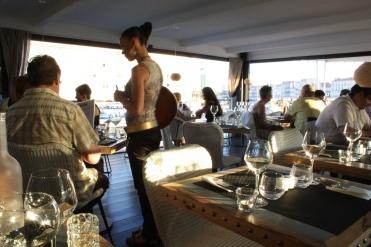 La Pénichessä syödään aluksen kannella.