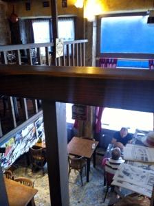 La Vieille Canaille on pieni bistro kahdessa kerroksessa.