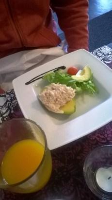 O kehui alkuruuaksi syömäänsä tonnikalatäytteistä avokadoa, aguacate relleno con atún.