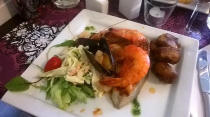 Coco Grillin päivän kala eli lohta a la marinera con tostones.