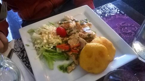 Kerrankin erinomaista ravintolaruokaa kanasta: Revittyä kanaa ja friteerattuja maissileipiä.