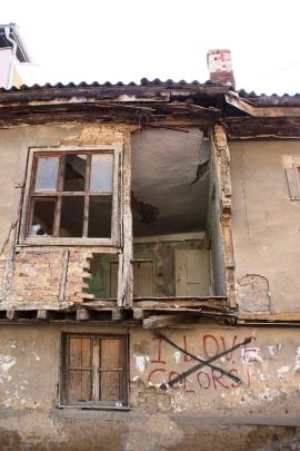 Hylätty talo Pristinan keskustassa.