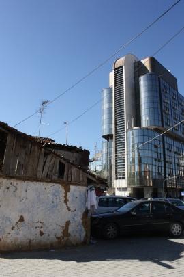 Pristinan keskustassa on uutta ja vanhaa vierivieressä.