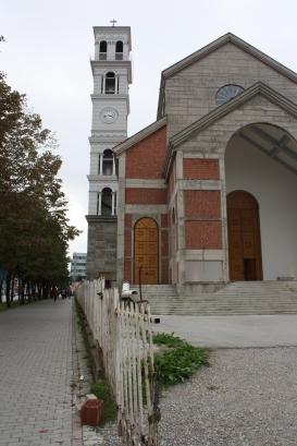 Nënë Terezan katolinen katedraali kaupungissa, jossa ei juurikaan asu katolisia. Tornista on turistille hienot näköalat.