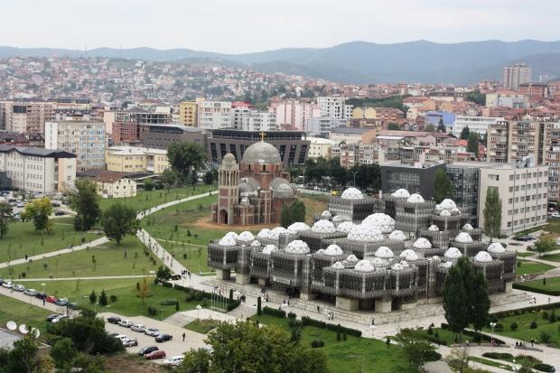 Kosovon kansalliskirjaston takana seisoo hylättynä kiistelty ja keskeneräinen ortodoksikirkko, jonka rakentaminen alkoi serbijohtaja Slobodan Miloševićin aikana, albaanien sorron vuosina ennen sotaa.