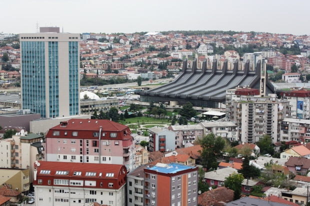 Pristinan nuoriso- ja urheilutalo (mustaraitainen halli) edustaa slaavisosialismin arkkitehtuuria.