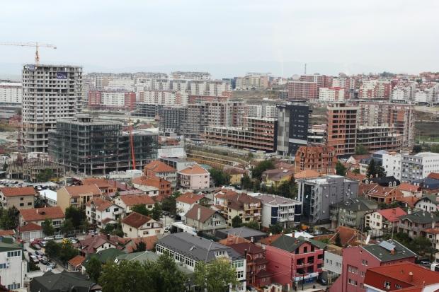 Näkymiä katedraalin tornista. Joka puolella Pristinassa näkyy rakennustyömaita, kuulemma verotussyistä keskeneräisiä.