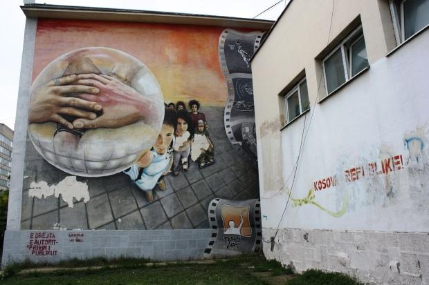 Graffiti Pristinan yliopiston seinällä.