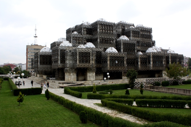 Telegraph on valinnut Kosovon kansalliskirjaston maailman 30 rumimman rakennuksen joukkoon. Minusta se sopi paikalleen, arpisena kuin Kosovo.