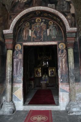 Gračanican luostarin synkkäsävyinen kirkko on pieni mutta sisältä vaikuttava.