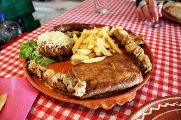 """Etno Kucan grillilautanen ennen ateriaa. Huom. kuvasta puuttuu jo yksi kebakko ja tämä on """"puolikas annos"""", 6 euroa."""