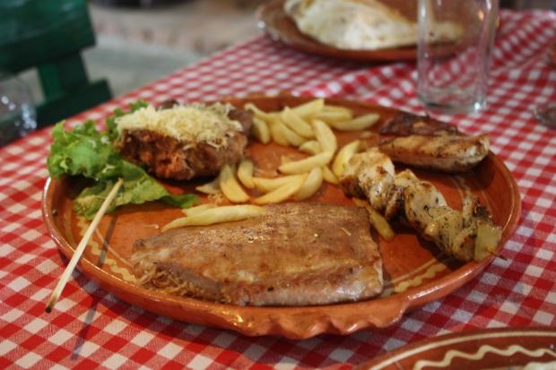 Etno Kucan grillilautanen aterian jälkeen. Gees! Ruokaa raavaille miehille...