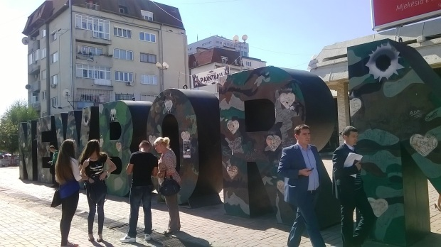 Newborn-muistomerkki Pristinan ydinkeskustassa muistuttaa sodasta - ja rauhasta.