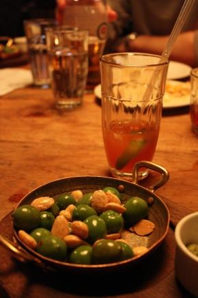 Alkupalaksi drinkkejä, oliiveja ja manteleita.