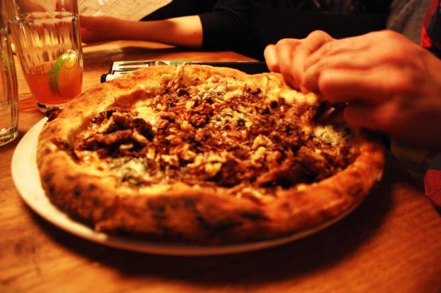 Saksanpähkinä-gorgonzola-pizza osoittautui vähän tunkkaiseksi.