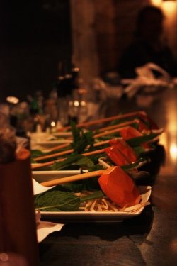 Keiton kanssa tarjoillaan tuoreita yrttejä ja chiliä, joilla liemen saa tuunata mieleisekseen.