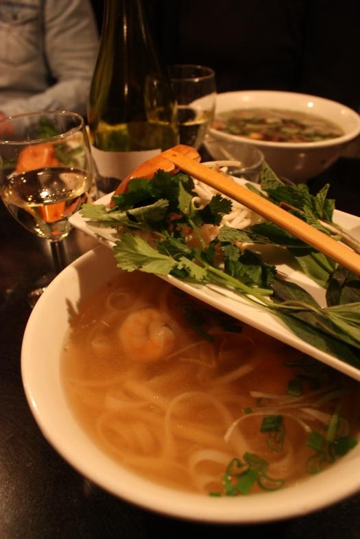 Pho-keittoa katkaravuilla. Keiton juju on maukas liemi, lihaliemi oli maistamistani maukkain.