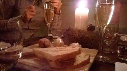 Pre-alkupaloja shampanjan kanssa, leipää ja levitteitä: Sourdough with homemade butter, whipped lard, liver parfait.