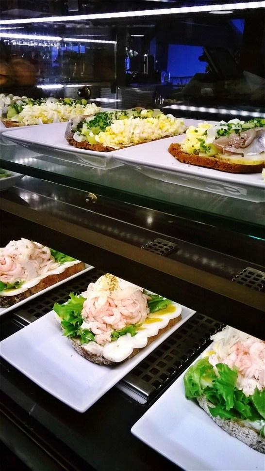 Fotografiskan museokahvilan herkkuleipiä.