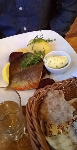 O tilasi päivän kalan, taisi olla nieriää. Näkkileipä oli loistavaa ja sopi erityishyvin kalan kanssa.