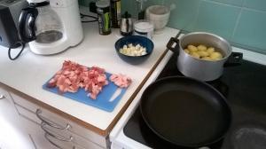 Siankylkyä, sipulia ja perunoita. Läskisoosi onnistui teflonpannullakin, vaikka valurautainen olisi parempi.