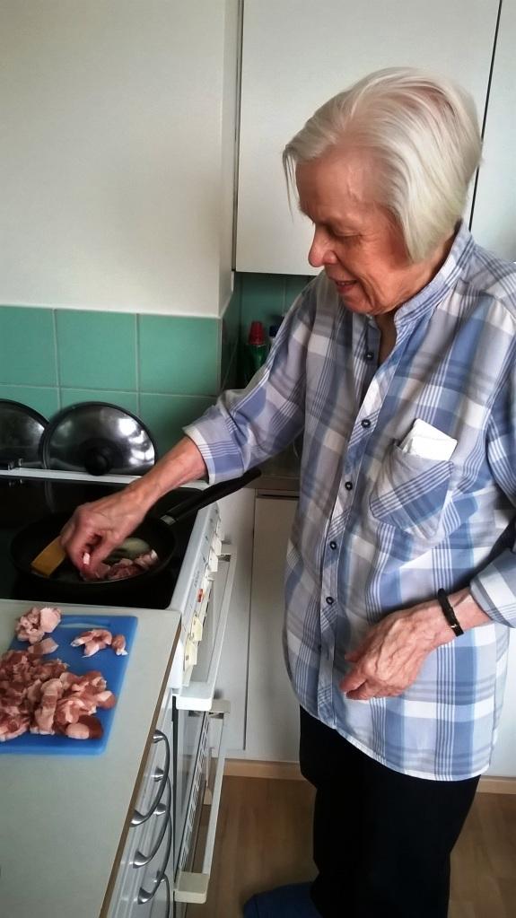 Maija-mummo näytti Asikkalan Vääksyssä, kuinka tehdään oikeaoppinen läskisoosi.
