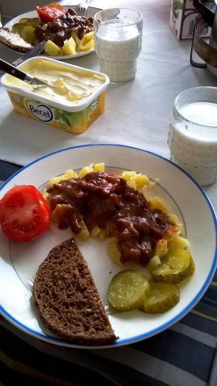 Tarjoa läskisoosi perunoiden, suolakurkkujen, ruisleivän ja piimän kanssa.